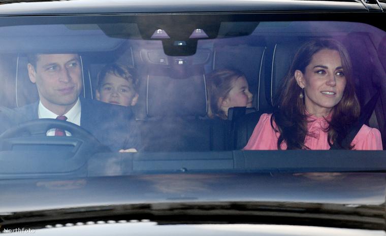 Mint már sokszor korábban, a két gyerek közül ő tűnt lelkesebbnek és rojálkdott ügyesebben.