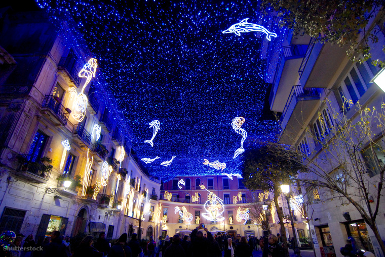 Ha már olaszok, akkor megmutatjuk Salerno-t, ahol minden karácsonykor a helyi és nemzetközi művészek karácsonyi fényekkel pakolják tele a kisváros utcáit