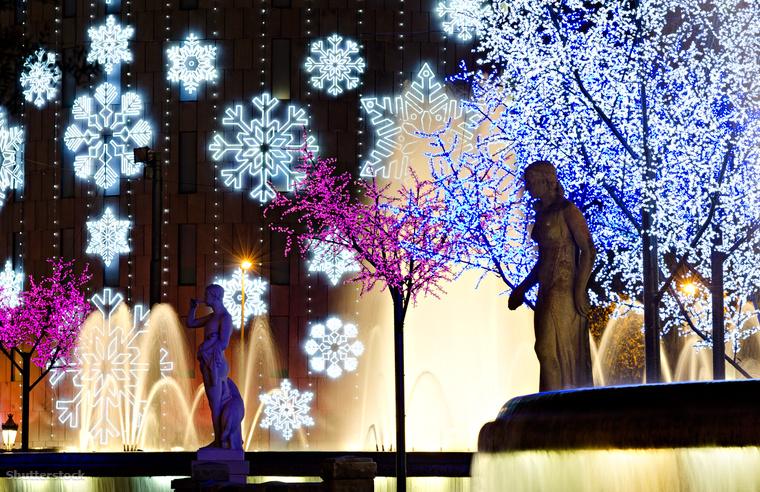Fehér karácsonyra nem igazán lehet számítani Barcelonában, viszont innen ered a Caga Tio hagyománya, vagyis ha szépen felöltöztetett, mosolygó farönköket látsz, jó ha tudod, hogy a katalán gyerekek tőle várják, hogy sok ajándékot kakiljon