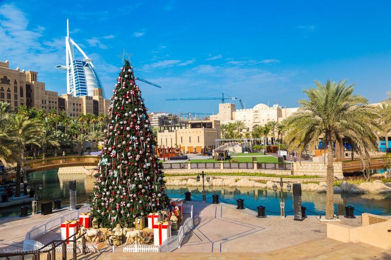 Dubaiba nem csak azért érdemes az év ennek a szakában is ellátogatni, mert a tél közepén is fel lehet töltődni egy kis D-vitaminnal, és lehet egy kicsit barnulni, hanem mert meglehetősen jól mutatnak egymás mellett a karácsonyfák és pálmafák