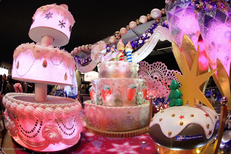 Egészen január 1-ig lehet megtekinteni a helyi és nemzetközi művészek fényinstallációit, és ne feledkezzünk meg a hongkongi Disneylandről sem, ami szintén karácsonyi dekorációt kap ilyenkor