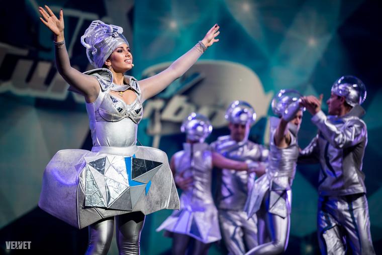 És még egy csomó szám van, ami a fotóink mellé jól jöhet a sajtóközleményből: a főszereplőkön kívül a Szegedi Kortárs Balett 30 táncosa is szerepel az előadásban.