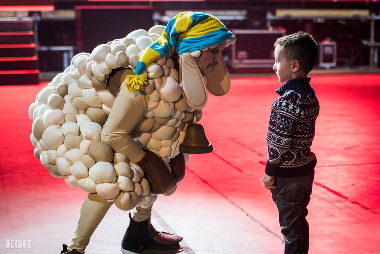 Volt egy gyerek is az eseményen, és amint Szabó Győző kiszúrta őt, onnantól kezdve a standup már csak ennek a kisfiúnak szólt.
