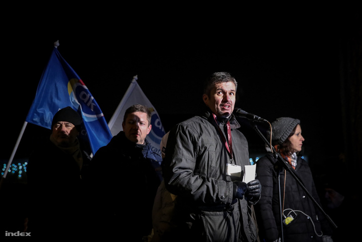 Ákos Hadházy speaking to protesters in front of the public media HQ.