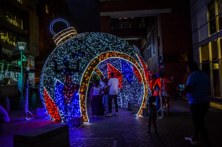 Afrikáról nem feltétlenül a karácsony jut az ember eszébe, pedig Fokvárosban és Johannesbourgban is készülnek az ünnepre, nem csak fényekkel, de karácsonyi vásárral is, ahol helyi művészek és alkotók árulják a kézműves portékáikat