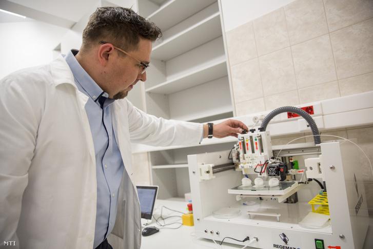Bende Balázs egyetemi tanársegéd 3D-s nyomtatóval bőrszövetet készít a Szegedi Tudományegyetem új regeneratív medicina és celluláris farmakológiai kutatólaboratóriumában 2018. december 20-án