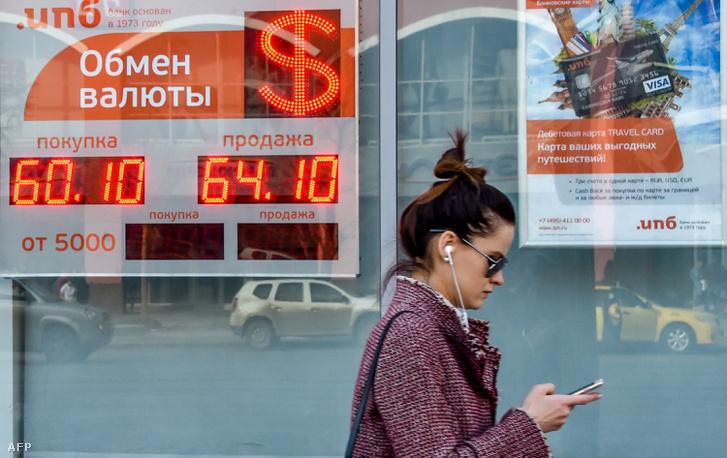 Valutaváltó kirakata Moszkvában 2018. április 10-én