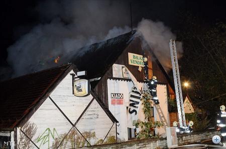 A tűzoltók nyolc kocsival vonultak ki, közülük az egyik emelőkosárral