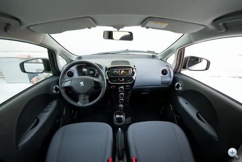 A belső minősége elég egyszerű - egy kétmilliós autónak talán elnéznénk