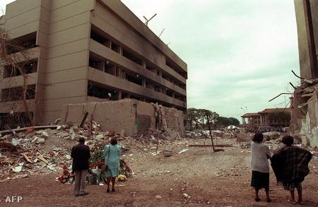 Helyi lakosok szemlélik az 1998-ban felrobbantott Amerikai Nagykövetség épületét, Nairobiban