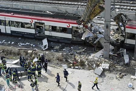 Az áldozatok maradványait keresik a 2004 március 11-én elkövetett madridi robbantások után.