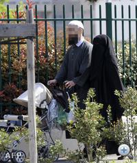 Franciaországi arabok sétálnak Lyon közelében