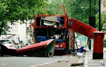 A 2005-ös londoni merényletek során felrobbantott 30-as busz maradványai