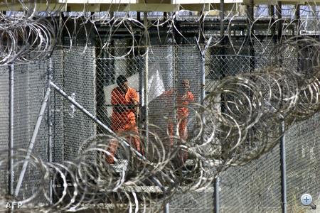 Narancssárga rabruhába öltöztetett foglyok