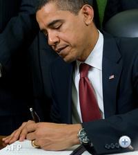 Obama egy, a fogolytábor bezárásával kapcsolatos dokumentumot ír alá 2009-ben