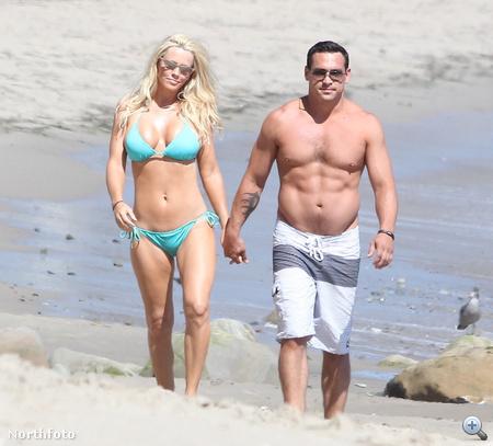 Jenny McCarthy és Paul Krepelka kézenfogva vonul a strandon