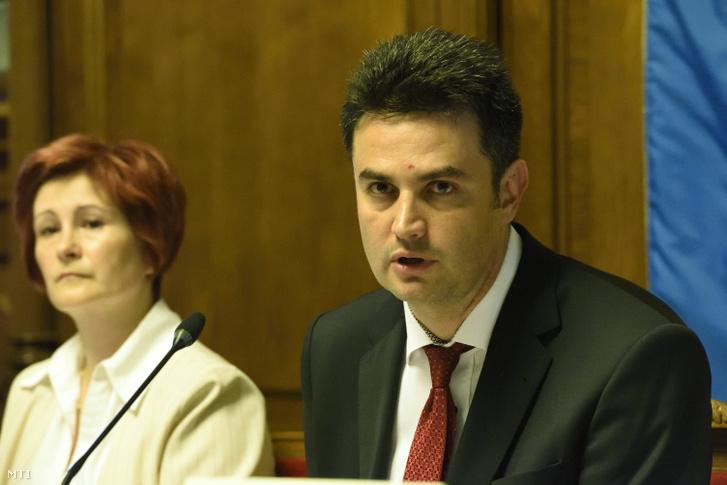 Márki-Zay Péter (független) polgármester és Varga Ildikó jegyző a hódmezővásárhelyi közgyűlés ülésén 2018. május 29-én.