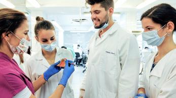 Népszava: A fizetése harmadát elvesztheti az az orvos, aki tanít is