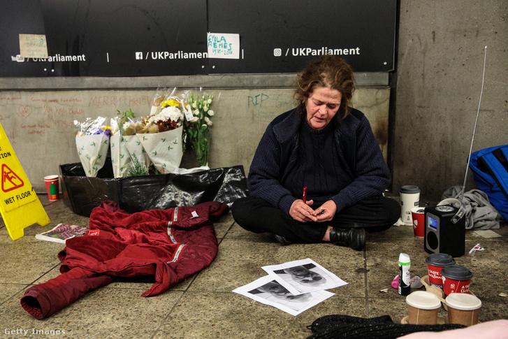 Dawn Hodgson, a 45 éves hajléktalan nő gyászolja hajléktalan barátját, Remes Gyulát.
