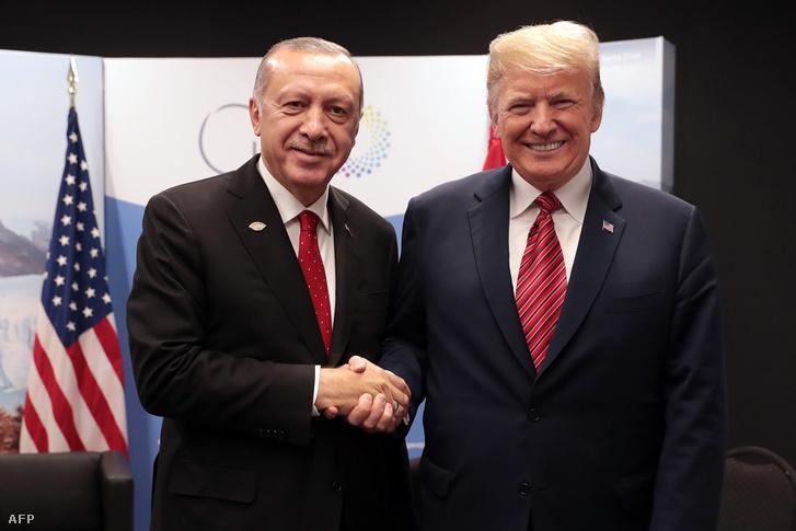 Donald Trump (jobbra) és Recep Tayyip Erdoğan az argentinai találkozójukon 2018. december 1-én