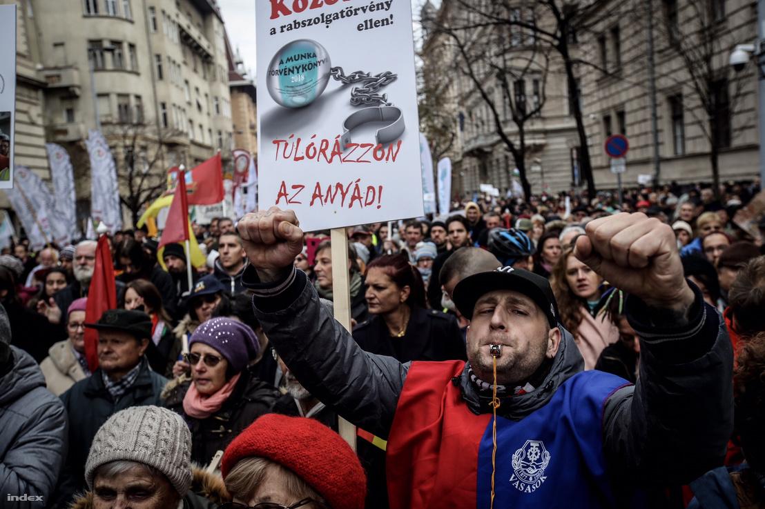 Magyar Szakszervezeti Szövetség túlóratörvény elleni tüntetése, Budapesten 2018. december 8-án