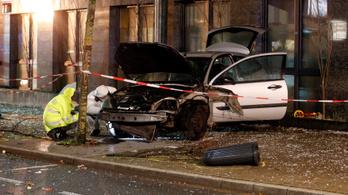 Buszmegállóba csapódott egy autó Németországban