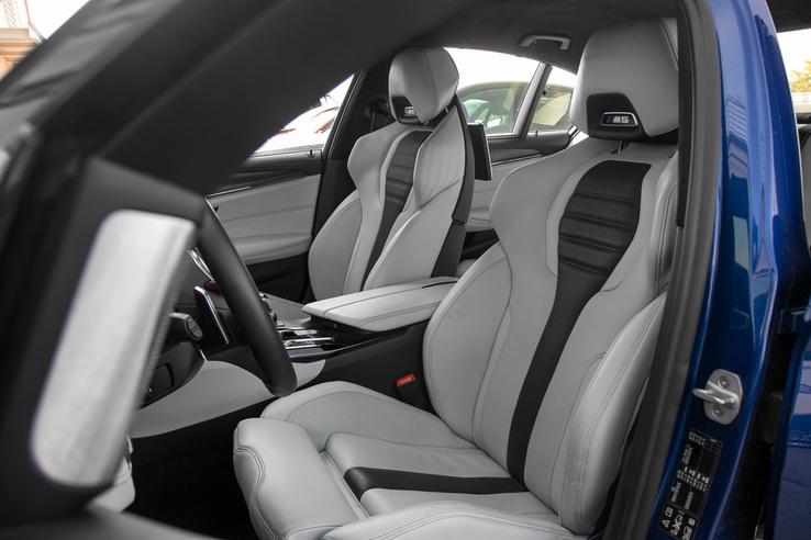 Egyedi sportfotelek az M5-ben. Minden elképzelhető irányba állíthatók, fűthető, szellőztethető és nagyon kényelmes