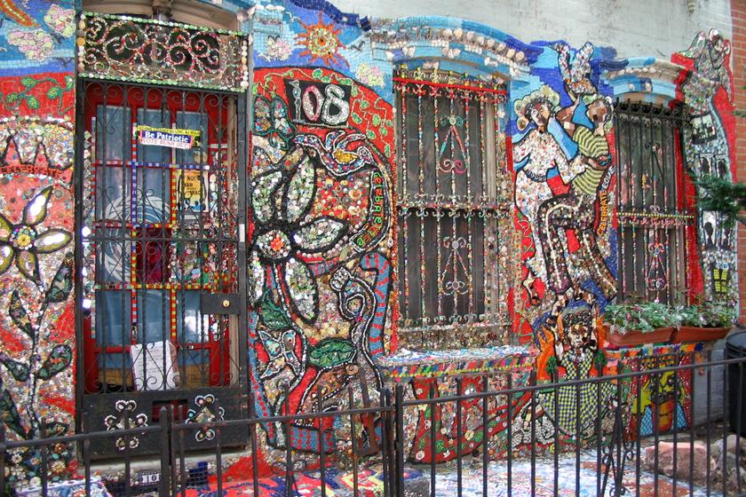 Susan Gardner 2001-ben kezdett el mindenféle dolgokat ragasztgatni New York-i, háromemeletes házának falára. A mozaikok kagylókból, CD-kből, gombokból, törött bögrékből állnak, és mind a mai napig terjeszkednek.