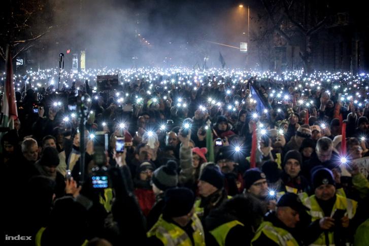 A szervezők megkérték az embereket, hogy világítsanak a telefonjukkal, és hogy ezt jól lehessen látni, eresszék le a zászlókat, ezután boldog karácsonyt skandálásra biztatták őket.