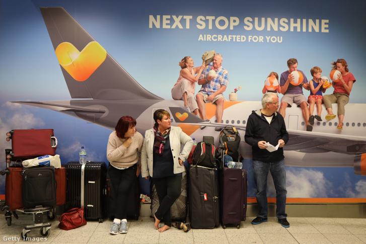 Utasok a Gatwick repülőtéren