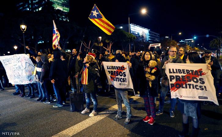 A katalán függetlenséget támogatók tüntetnek a barcelonai Sofia Hotel előtt, ahol Pedro Sánchez spanyol kormányfő és Quim Torra katalán elnök megbeszélést folytat és követelik a bebörtönzött katalán politikusok szabadon engedését 2018. december 20-án.