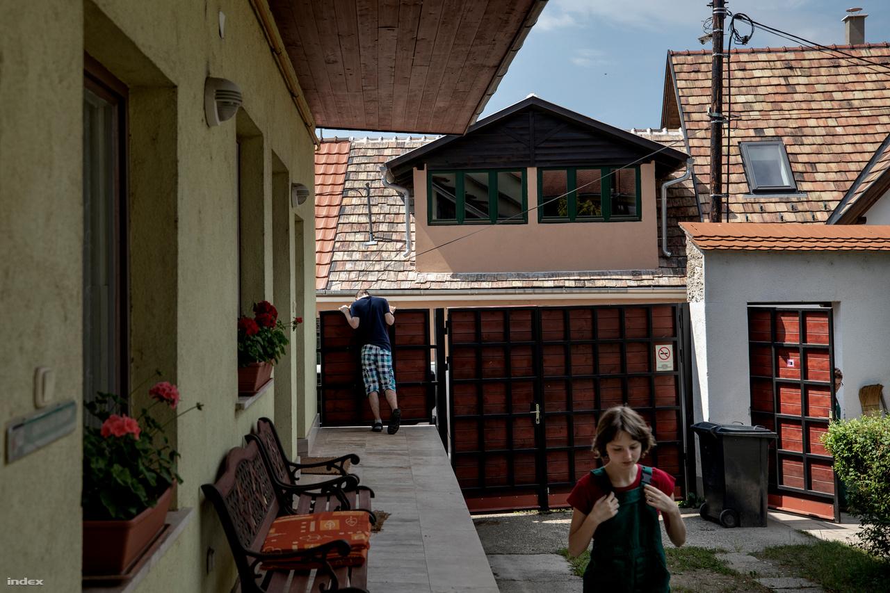 A tatai lakóotthon udvarán Bálint üdvözli a lovasterápiáról visszaérkező lakótársait. Az ismeretlen genetikai hátterű autizmus spektruma nagyon széles: az önállóan kompenzálni képes, magasan funkcionálótól a kommunikációt imitálón át a kapcsolatépítésre szinte képtelen betegig. De így is sok ezren vannak, akiknek állandó felügyeletre volna szükségük, amit a családok az idő előrehaladtával egyre nehezebben biztosítanak.                          Az egyéni adottságokon túl nagyon sok múlik az időben elkezdett, célirányos fejlesztéseken. A határ nem a beszélni képesek és nem beszélők között húzódik: önmagában a beszéd még nem feltétlenül kommunikáció, a nem beszélő viszont lehet, hogy gesztusokkal, alternatív eszközeivel jobban meg tudja értetni magát.