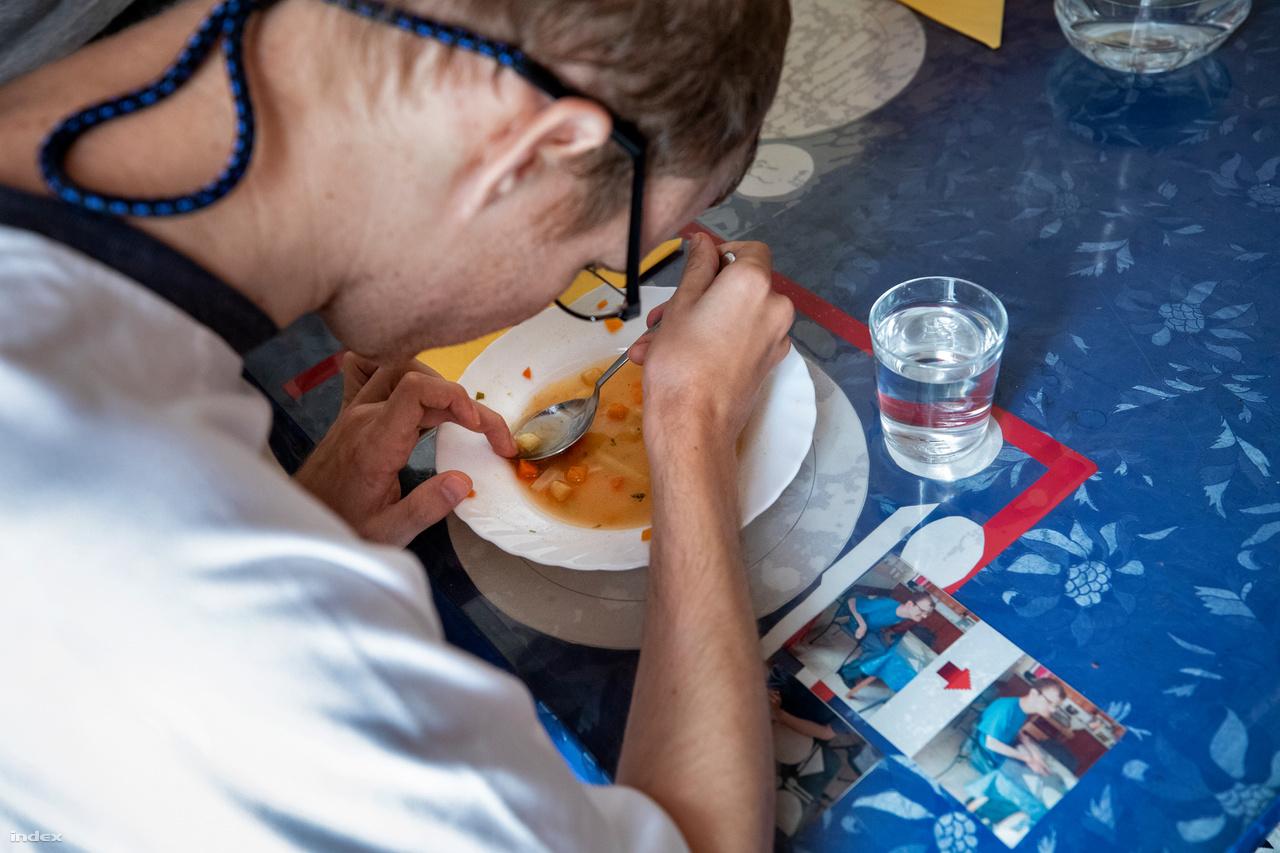 Sanya az ebédlőasztalnál. Fotók segítenek abban, hogy ki hova ül, ahogyan a tányérok és az evőeszközök helye is meg van jelölve az asztalon. Van, akinek azért is szólni kell, hogy igyon egy pohár vizet, van, akinek éppen az jelent gondot, hogy ne igyon túl sokat.Mi a közös az autizmus sokféleségében? A magasan funkcionálótól a súlyos esetekig minden autizmussal élőnél érvényes a kommunikációs nehézség, bár a közlés vagy a megértés különböző mértékben sérülhet. Általános gondot jelent a saját idő megszervezése, a napi beosztás, az idő érzékelése. Sokszor a beszéd csak mechanikus ismétlése bizonyos szófordulatoknak (echolálás), nincs kommunikációs értéke. Vagy van üzenete, de nem az adott helyzethez kötődik. Nem ismeri fel, mi a lényeg, elvész a részletekben, szövegben éppúgy, akár egy arc értelmezésekor.