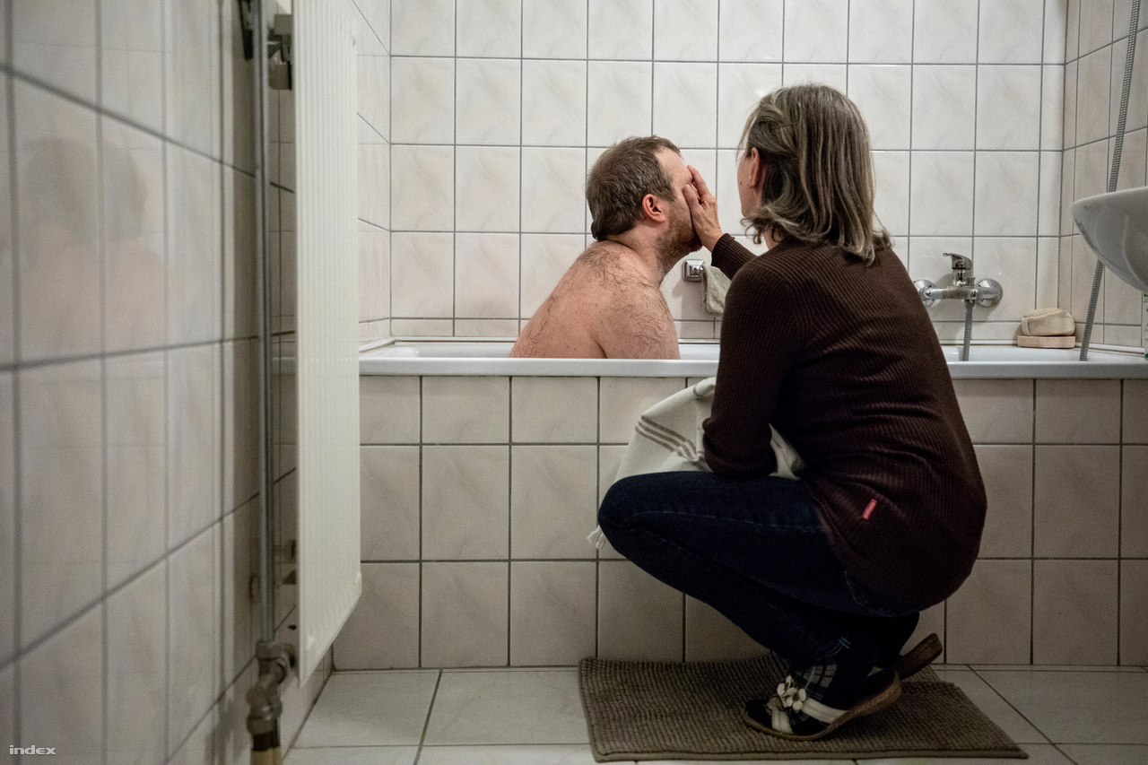 Ica, az otthon vezetője segít Zsombornak az esti fürdésben. A segítői állás több mint munka, a dolgozók így szinte családtagként viszonyulnak az otthon lakóihoz.Csak húsz évvel azután, hogy az autizmus diagnosztizálható lett Magyarországon, vált lehetővé az autizmustudású szakemberek képzése. Ez az ELTE Bárczi Gusztáv Gyógypedagógiai Karán indult el. Itt van meg a csúcstudás, ám fontos volna ennek intézményi szintű elterjesztése a pedagógusok körében, hogy a jelenleg is ellátásban lévők életminősége biztosított legyen és az integrálható autista gyerekek nagyobb eséllyel kerülhessenek hagyományos iskolákba. Gond az is, hogy kevés szakember kerül hazai terepre: 80 indulóból 30 jut el a diplomáig, ezután sokan bizottságokban vagy külföldön kötnek ki. Végül átlagosan tíz szakember kezd valóban autistákkal foglalkozni hazai otthonokban, intézményekben.