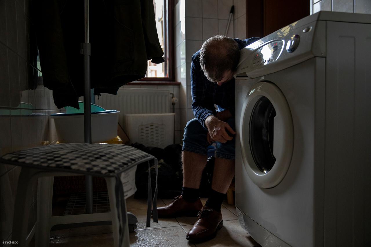 Zsombor nem bóbiskol: a mosógépet hallgatja.Az autizmus egyik jellemzője az érzékszervek tompultsága vagy épp túlérzékenysége, amelyben olyan tapintásra vonatkozó, vagy fény-, esetleg hangeffektusoknak van jelentőségük, amelyeket a nem autisták észre sem vennének.