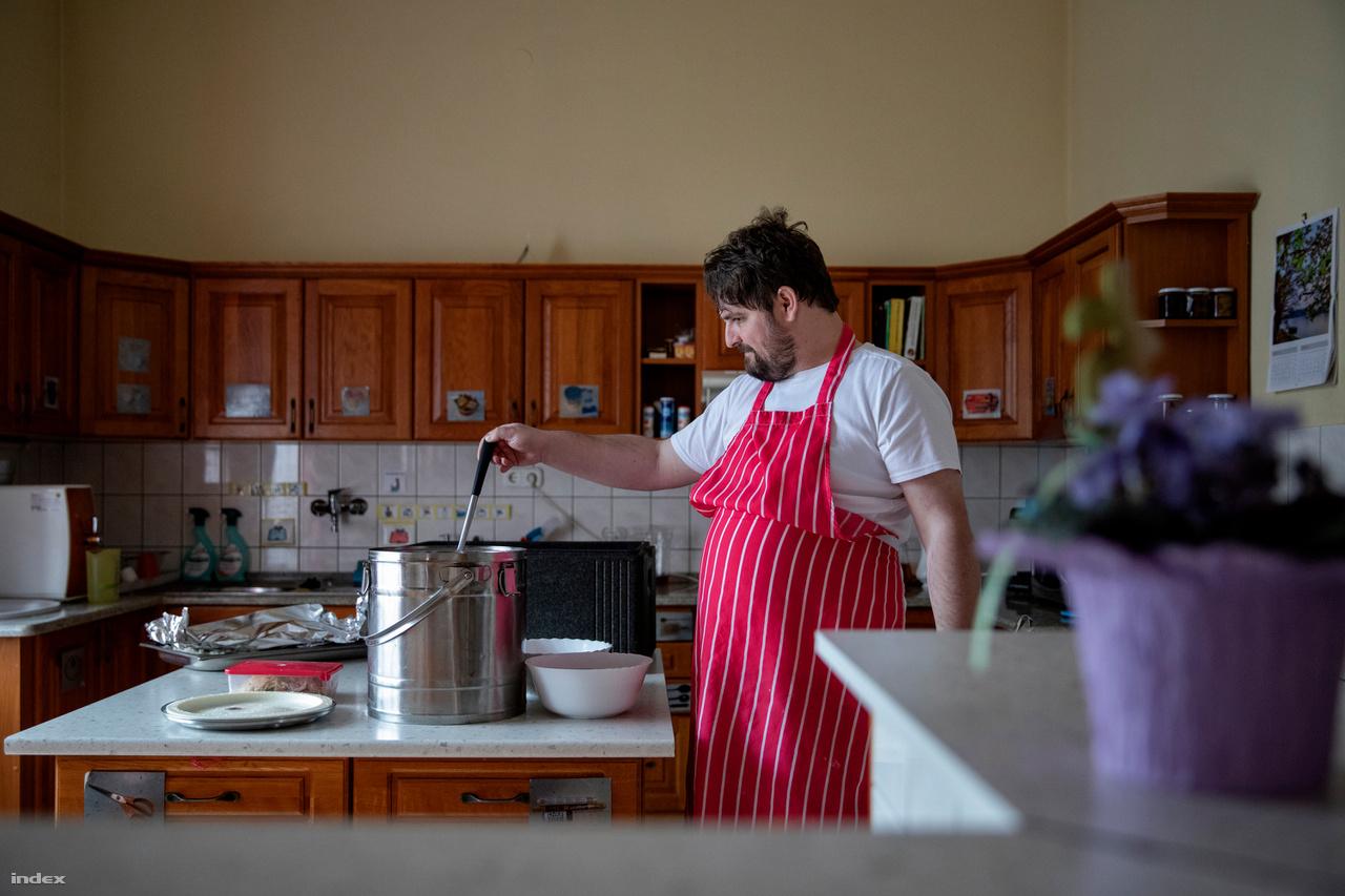 """Kálmán segít az ebédet feltálalni. Az otthonban mindenkinek megvan a maga reszortja a házimunkában is, forgórendszerben váltják egymást a lakók: van, aki terít, van, aki mosogat, felmos vagy porszívózik.Közismert a szemkontaktus hiánya vagy az érintéstől való idegenkedés, de ez sem feltétlenül igaz: Kálmán fantasztikusan vidám is tud lenni, rengeteget beszél, mélyen az ember szemébe néz, elsőre egy kívülálló nem gondolná őt autistának. Párbeszéd azonban nem jön létre, abban a pillanatban egyszerre zúdít minden információt az emberre, kezdve attól, hogy szereti a kakukkos órát, egészen addig, hogy nemsokára megmutat neki egy Wartburgot az ismerőse. Sanya viszont örömmel ölel köszöntéskor, és gesztusokkal sok mindent mesél. """"Olyan ez, mint egy számítógép, ahol rendszerező mappák nélkül minden kép, dokumentum, keresési előzmény egyszerre van a monitoron"""" – magyarázza az autizmust a laikusoknak Tarr Hajnalka, képzőművész, aki az Autistic Art Alapítvány foglalkozásainak művészeti vezetője."""