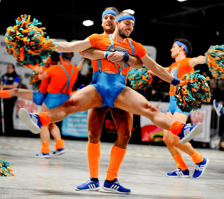 Manchesterben februárban férfi cheerleaderek is voltak Bécsből a Roller Derby Világkupa döntőjének szünetében! Úgy hívják őket, hogy The Vienna Fearleaders.