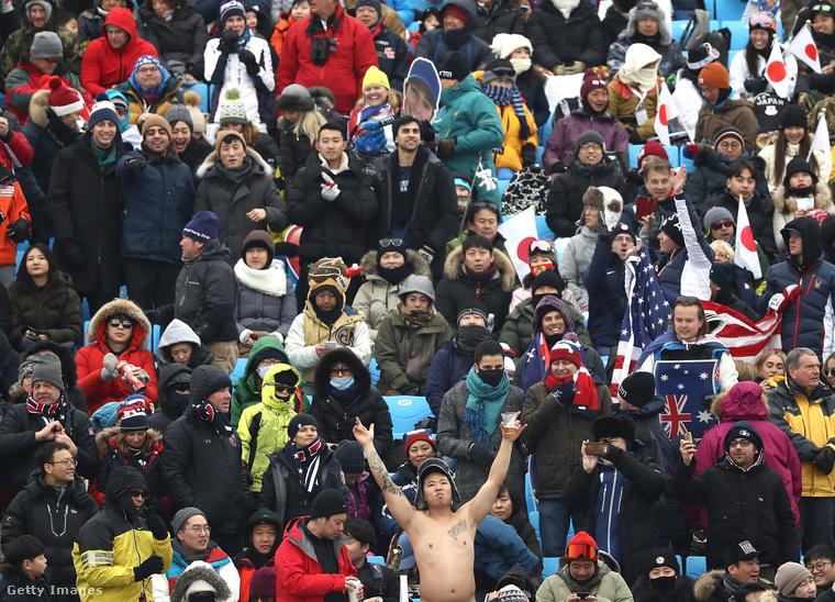 És a téli olimpián a közönség sorai között is akadt valaki, aki félmeztelenül szurkolt.