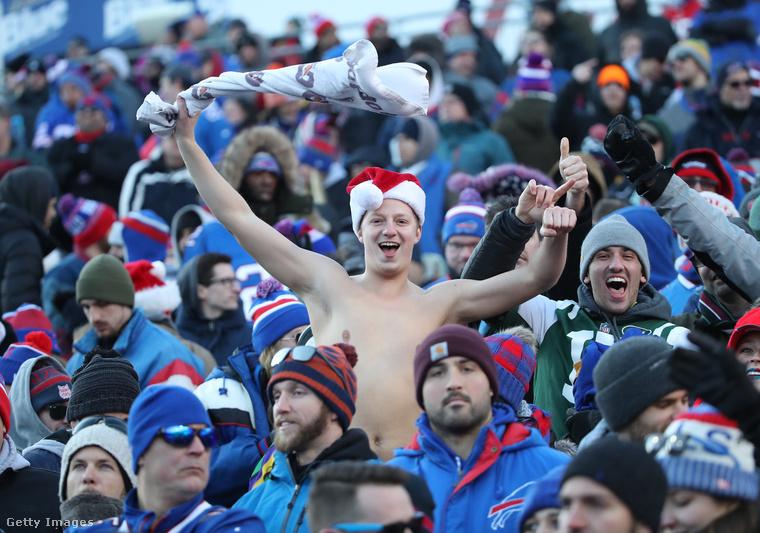 Még egy télen félmeztelenkedő szurkoló: ő egy amerikaifutball-meccset nézett december 9-én Buffalóban.