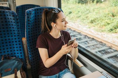 utazas-vonaton-fulhallgato-vonatablak