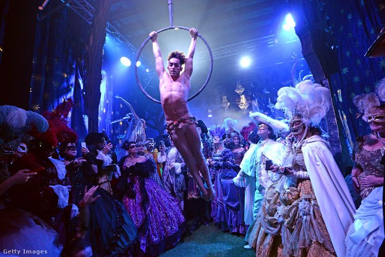 Egy jelenet az idei velencei karneválról, a dózsepalotából.