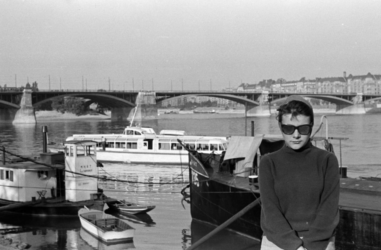 A kendős lány a tehenes képről, influencereket megszégyenítő rutinnal pózol a Duna-parton. A Duna Budapestnél 300, hajóvonták találkozása tilos.