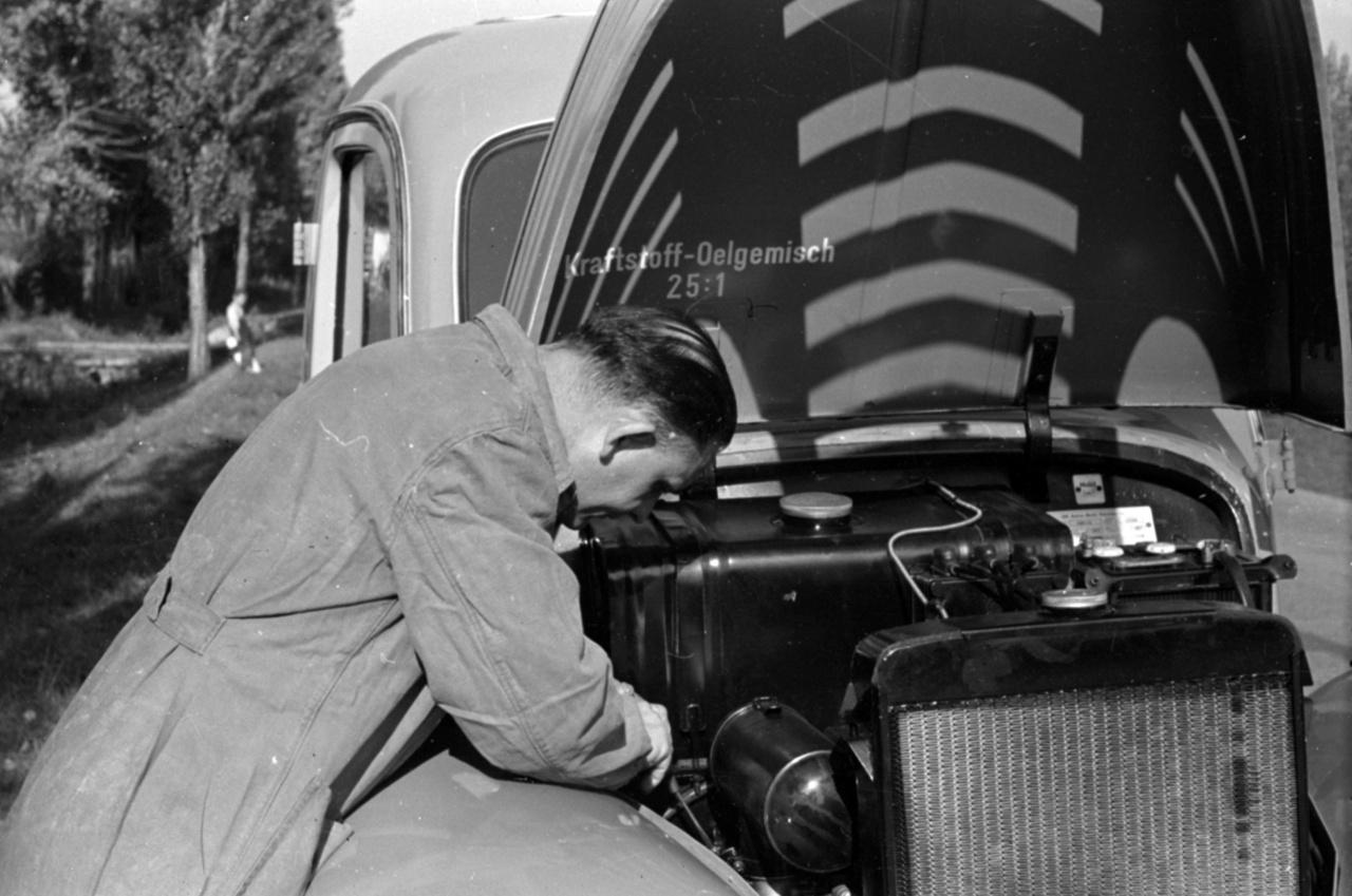 """Ajánlott keverési arányok: 25 rész üzemanyag 1 rész olaj. """"Csak az a gépkocsivezető vezethet biztonságosan, aki tudja: műszakilag teljesen rendben van a járműve"""", olvashatjuk a Dunántúli Napló hasábjain, ezt még azoknak az elvtársaknak is érdemes szem előtt tartani, akik olyan megbízható német minőségű gépjárművet hajtanak, mint ez a IFA Framo V901-es. A kelet-német kisteherautó később Barkas néven válik majd legendássá. Bár ez a példány feltehetően csak sütőport rejt, testvérei rohamkocsiként mentik az életeket Budapest utcáin."""