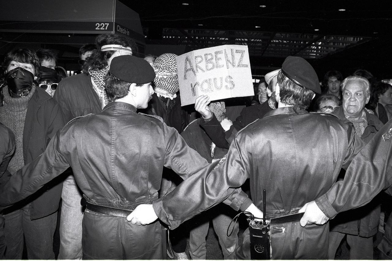 Menekültek kitoloncolását próbálják megakadályozni tüntetők a zürichi repülőtéren. 1988.