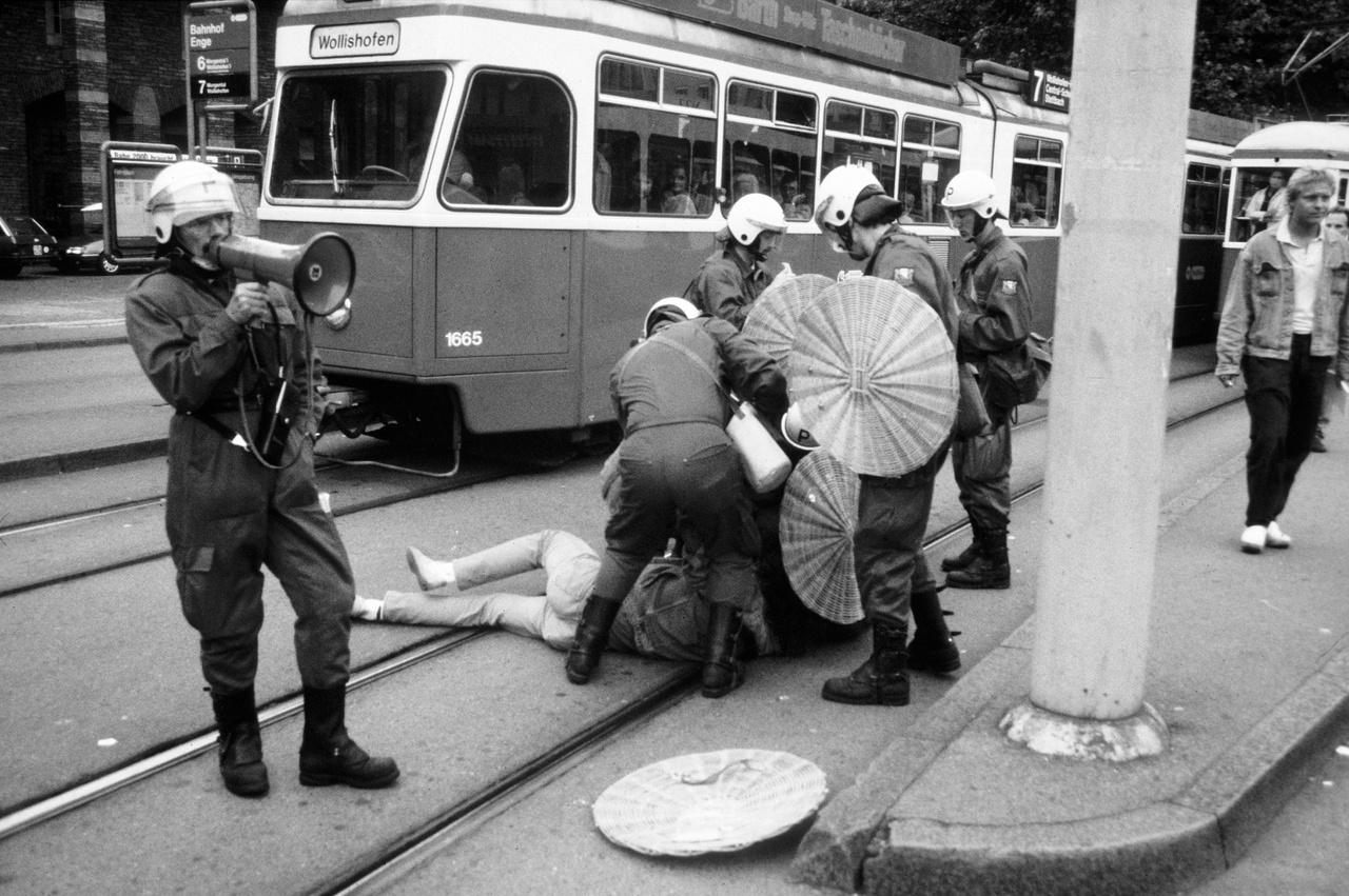 Tüntetés a lakáshiány miatt. Ezúttal a rendörök a szokottnál brutálisabban léptek fel, a fotóriportetereket és újságírókat is üldözték. 1989 július.