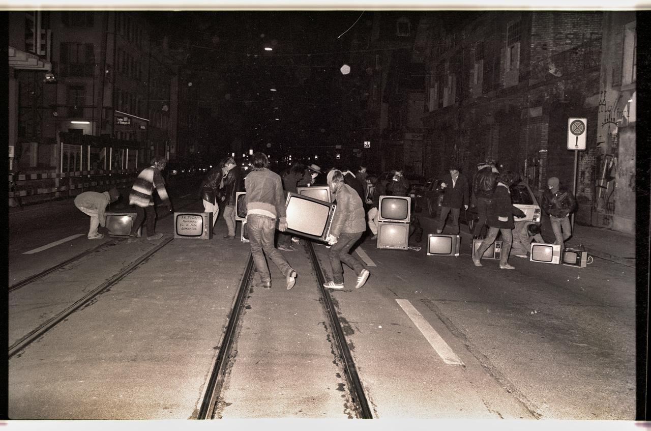 Tévé-akció. 15 tévét hordtak ki a fiatalok az ifjúsági központ elé, majd, ott nézték a műsort. 1981.
