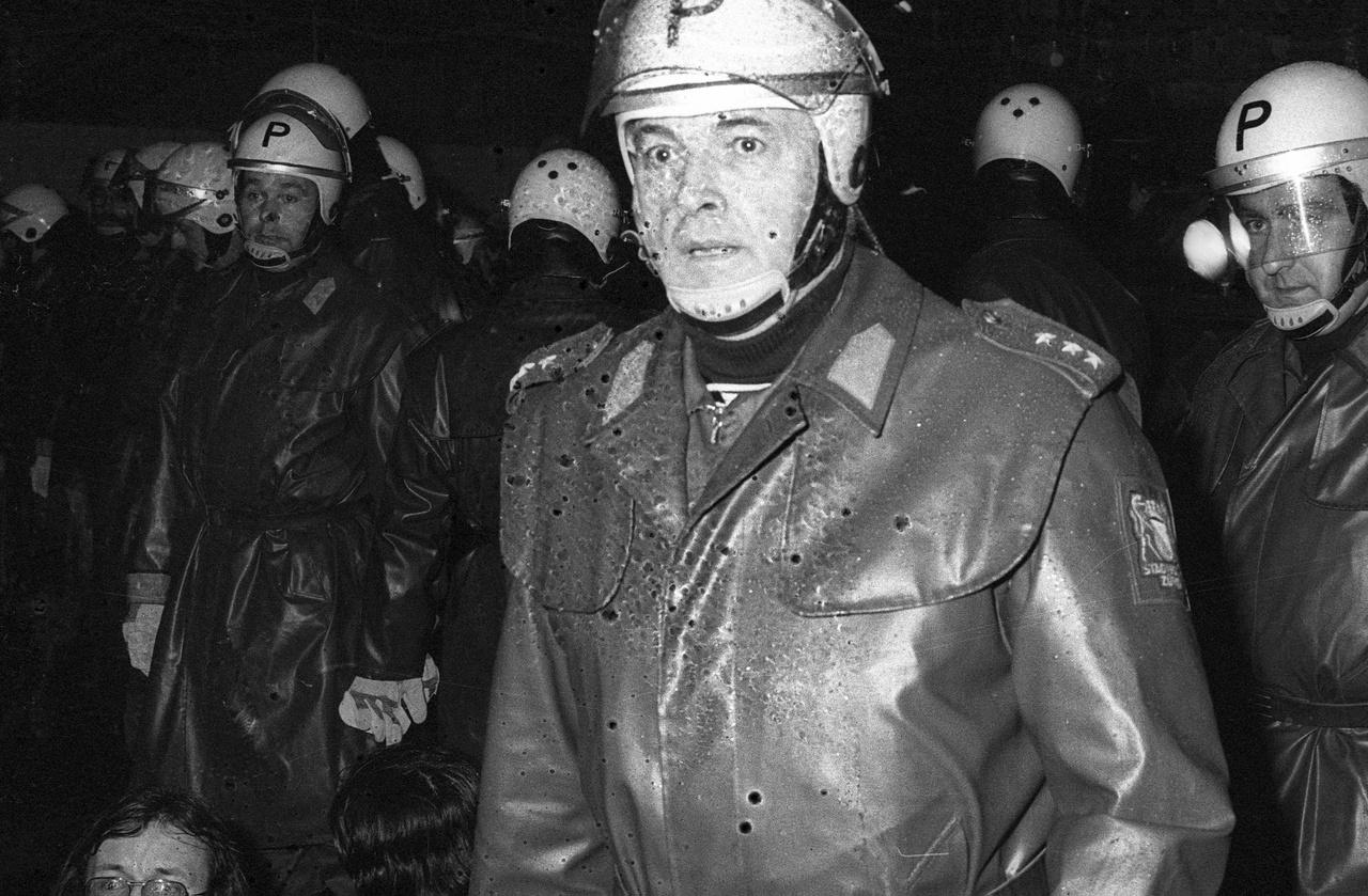 Rendőrök a zürichi Operaház előtt. 1980. május 30.