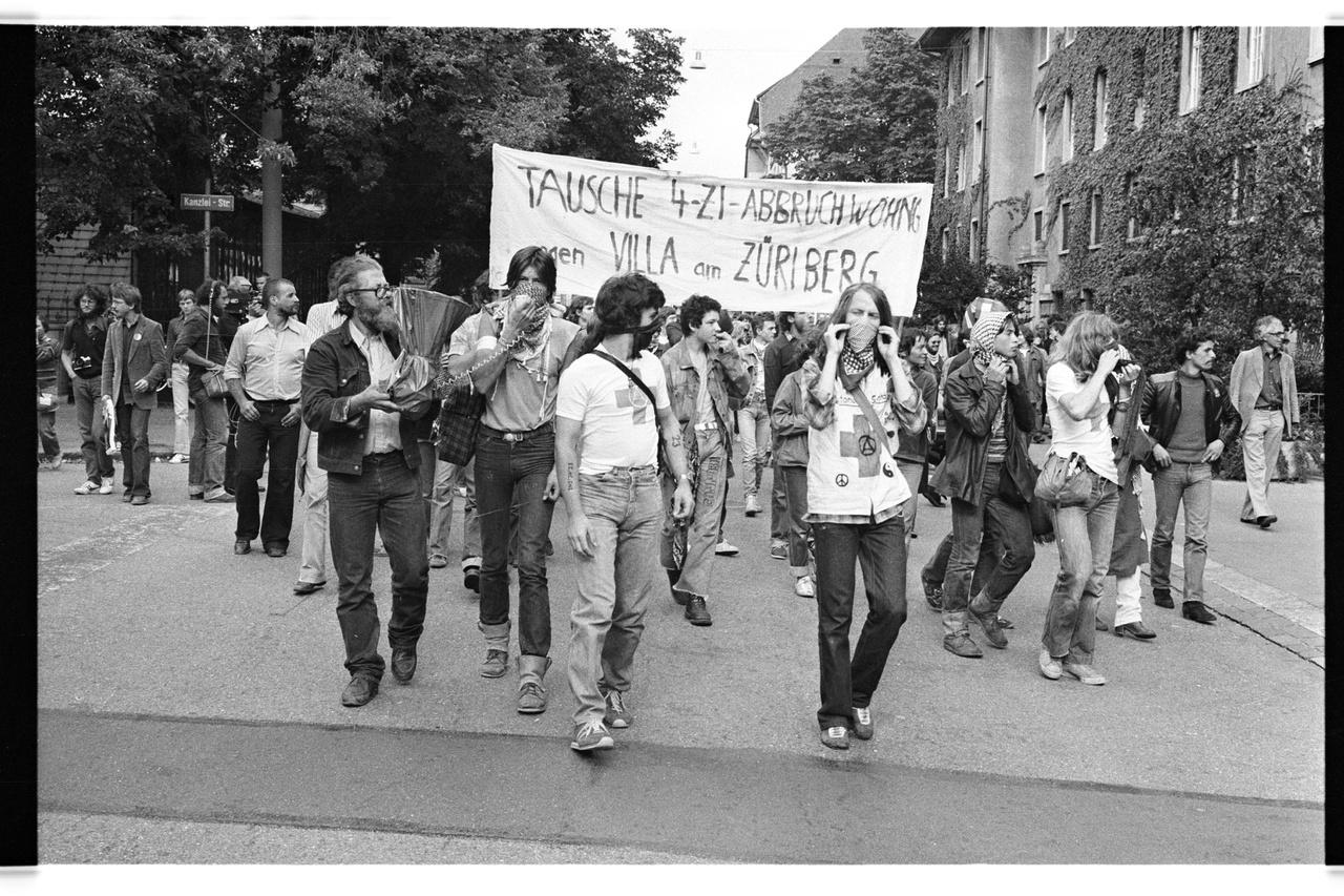 """Tüntetés a lakáshiány ellen: """"Cserélek lebontásra ítélt lakást villáért"""".1980."""