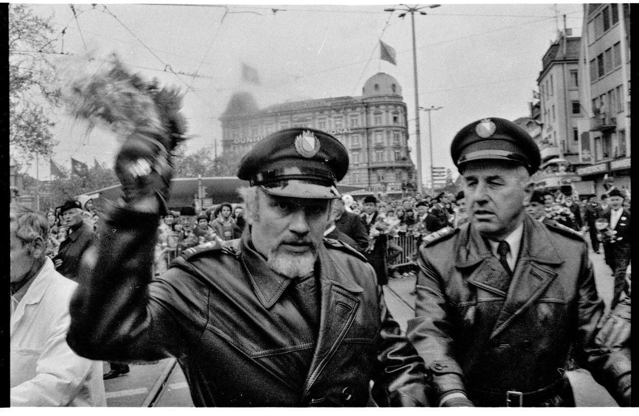 """Zürichi rendőrök díszegyenruhában a """"Sechseläuten""""-n virágcsokorral fogadják a fotóst, Rózsa Miklóst. 1981."""