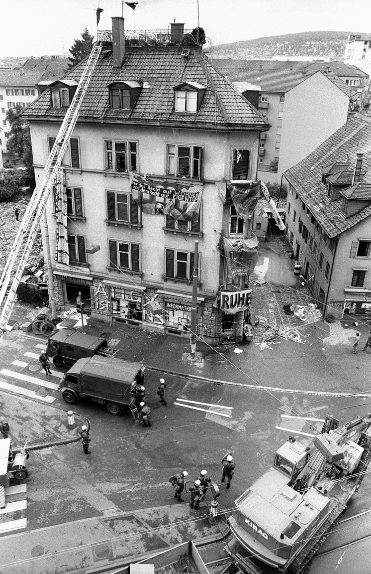 A rendőrség nagy készültséggel megrohanja a foglaltházat. 1987.